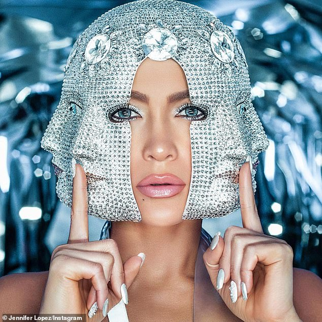 11868592-6887353-Facetime_This_comes_after_the_hitmaker_wore_a_crystal_hat_that_s-a-66_1554403943750